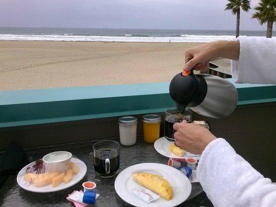 SeaVenture Beach Hotel: Breakfast on our balcony