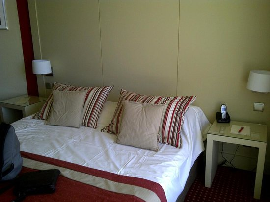 Hotel Casino des Palmiers: Comfortable bed