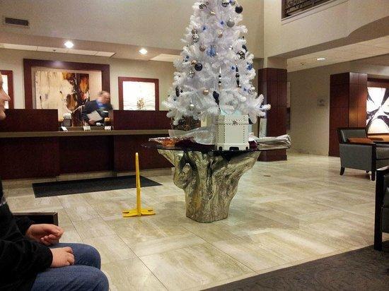 DoubleTree by Hilton Des Moines Airport: Front Desk