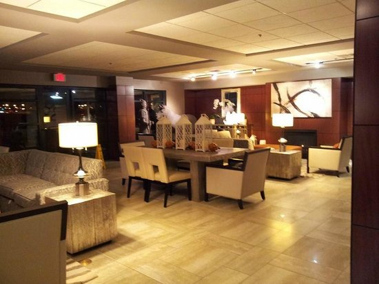 DoubleTree by Hilton Des Moines Airport: Lobby