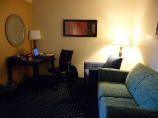 SpringHill Suites Wheeling: desk and sofa