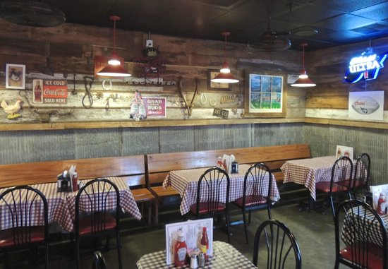Gus's World Famous Fried Chicken: Interior