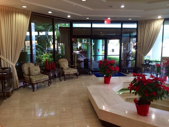Boca Raton Plaza Hotel and Suites: Pretty red holiday accents