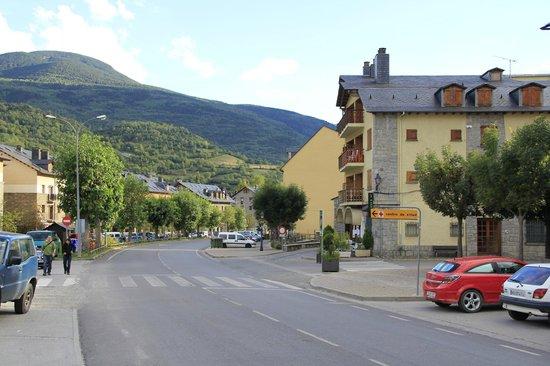Hotel Ciria: Calle principal que atraviesa el pueblo