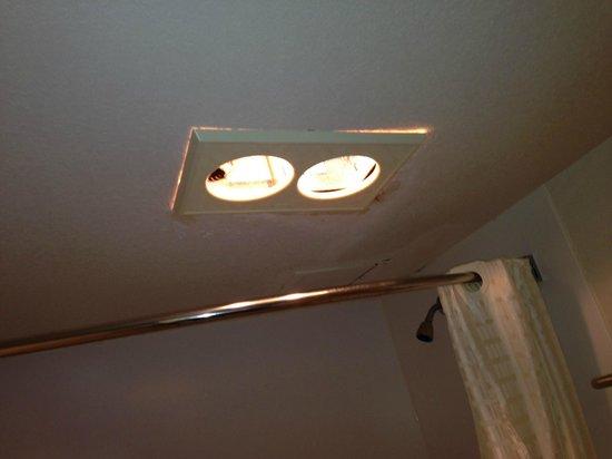 Studio 6 Oklahoma City: Broken bathroom light fixture