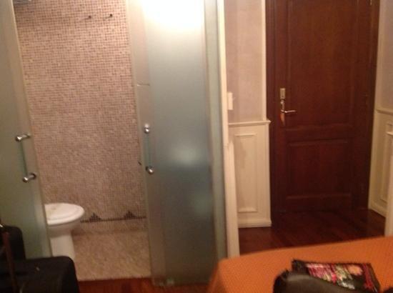Al Viminale Hill Inn & Hotel: Entrada cuarto y baño