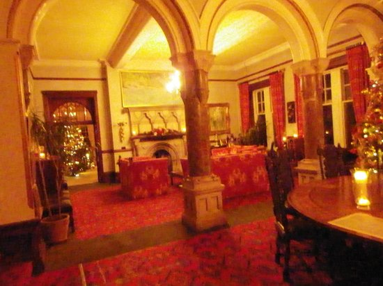 Camelot Castle Hotel: Great Hall looking towards the dining room