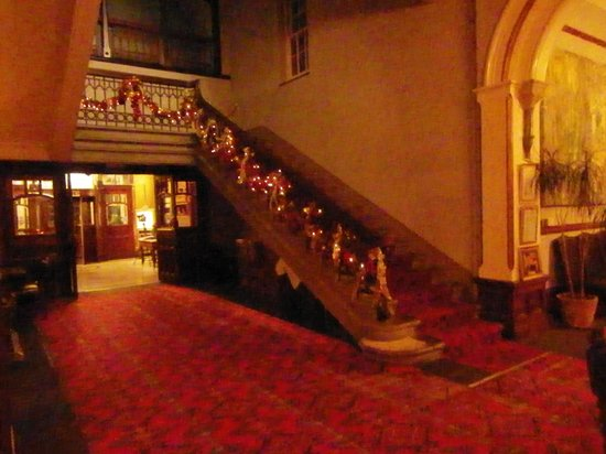 Camelot Castle Hotel: Staircase opposite the lift.