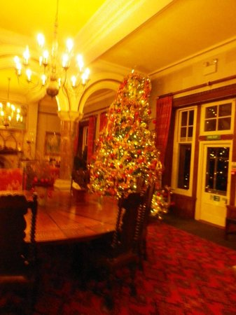 Camelot Castle Hotel: The round table in the great hall
