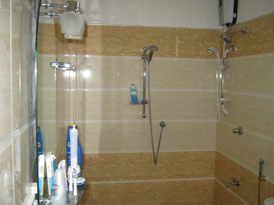 Kumara Guest House: душ на двоих сразу)) температура воды регулируется