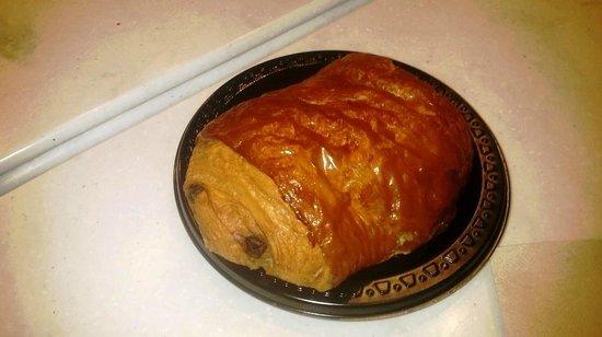 Les Halles Boulangerie Patisserie: Croissant Chocolat