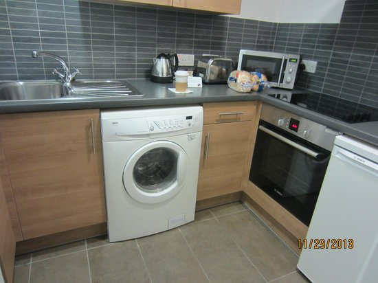 Dolphin House Serviced Apartments: Kitchen