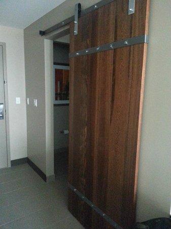 Epicurean Hotel, Autograph Collection : Rolling bathroom door