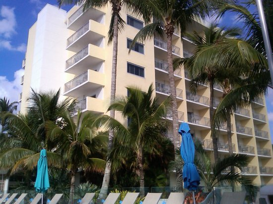 The Naples Beach Hotel & Golf Club : Watkins Building from the south. End room balconies offer little privacy.