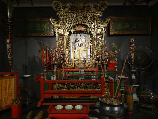 Queen Victoria Museum & Art Gallery: Chinese temple exhibition