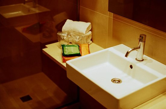 NH Barcelona Ramblas : Bathroom & welcome pack