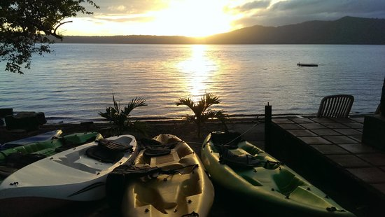 Paradiso Hostel: Sunset over the lake