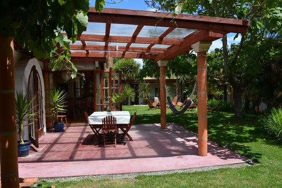 Sans Souci Inn: Courtyard