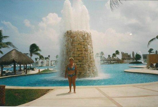 Mayan Palace Riviera Maya : Geiser de agua caliente en medio de la piscina