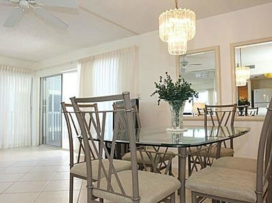 Crescent Arms Condominiums : dining room table