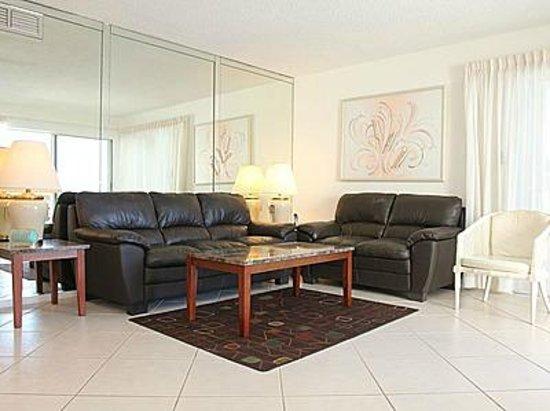 Crescent Arms Condominiums : living room