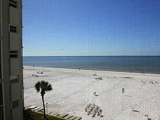 Crescent Arms Condominiums : the beach