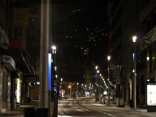 Hotel Marfany: Улица отеля ночью