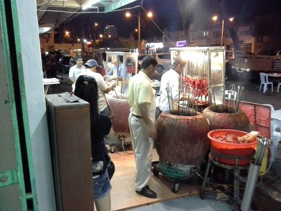 Pak Putra Tandoori & Naan Restaurant : The men at work....Freshly bake...