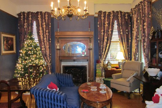 Page House Inn: The front room decorated for Christmas