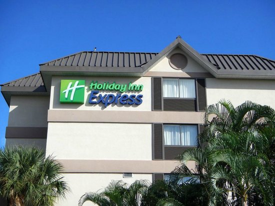 Holiday Inn Express and Suites Fort Lauderdale Executive Airport: Outside of building