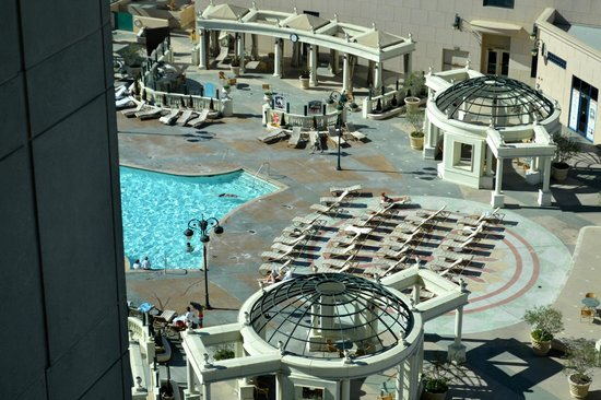 Manchester Grand Hyatt San Diego : Pool area as seen from our room