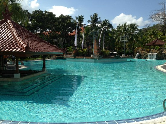 Ramada Bintang Bali Resort: Pool & Swim up bar
