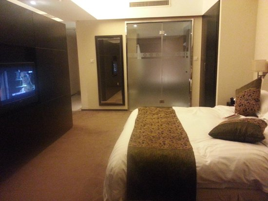 Donghuang Hotel : Bedding area of the suite