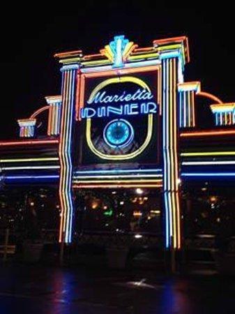 Marietta Diner : Looks very entertaining at night