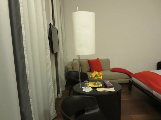 Hotel Hollmann-Beletage: smaller downgrade room, broken lamp shade