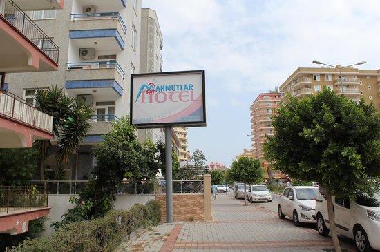 Mahmutlar Suit Hotel: Отель с улицы