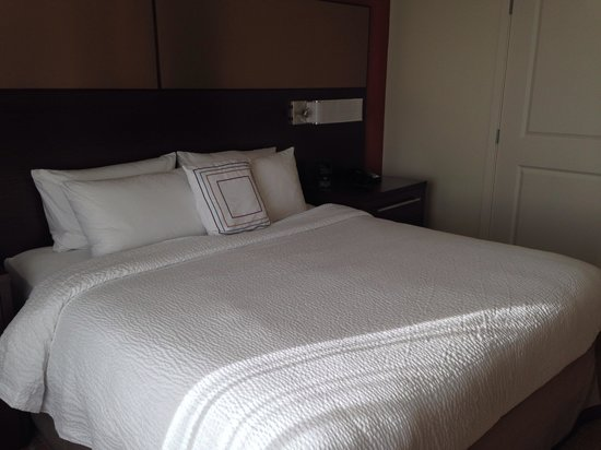 Residence Inn Tustin Orange County : King bedroom. Has nice comforter.