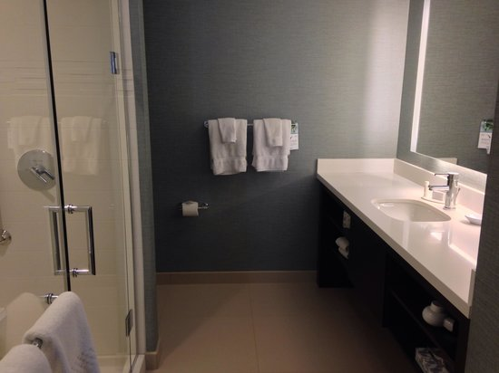 Residence Inn Tustin Orange County : Large Bathroom connected to king bedroom.