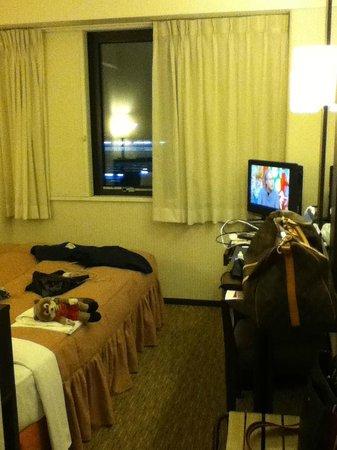 Nishitetsu Inn Kokura : ビジネスホテルでは標準的な狭さですね
