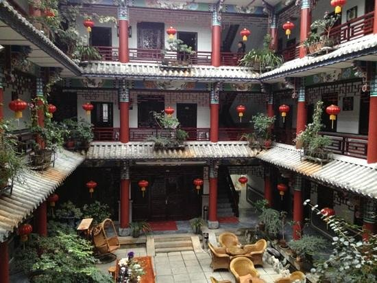 Xiangyue Dali Hotel: feel so peaceful here. there is a transparent roof so you can still stay at the courtyard even t