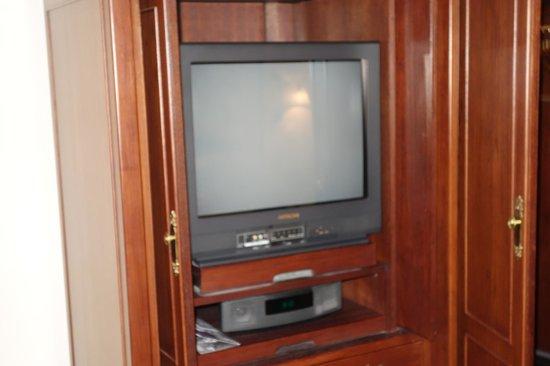 Raffles Hotel Singapore : Old school box TV