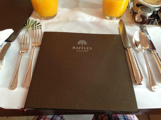 Raffles Hotel Singapore : Order up!