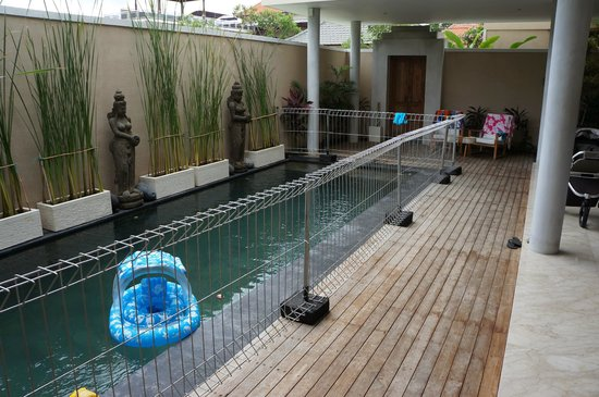 Beautiful Bali Villas: Pool with fence