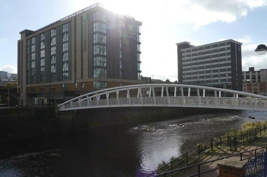 Holiday Inn Express Sheffield City Centre: Footbridge over River Don in front of Holiday Inn Express Sheffield