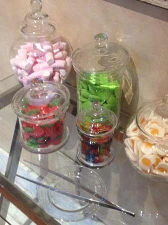 Hotel Villa Real: Sweets in the lobby