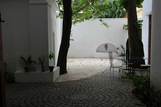 Villa Christophe: View of the courtyard from the breakfast table