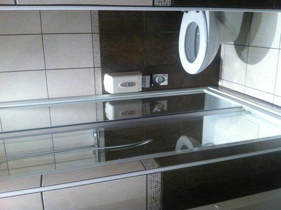 Hotel Restaurant Centrotel: Salle de bain chambre 16