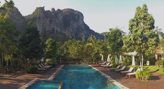Aonang Phu Petra Resort, Krabi: The pool area at sunrise.