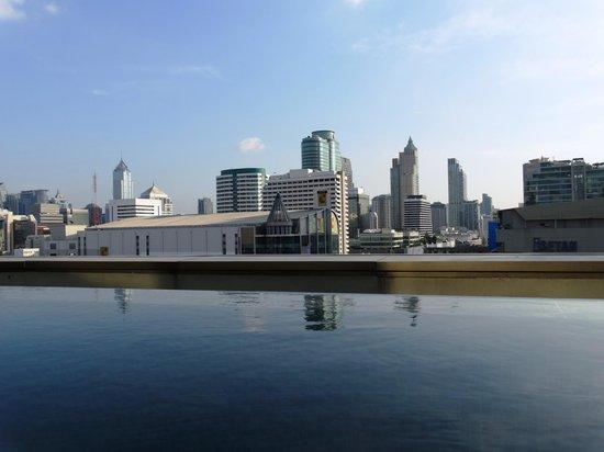 Novotel Bangkok Platinum Pratunam: Вид из бассейна