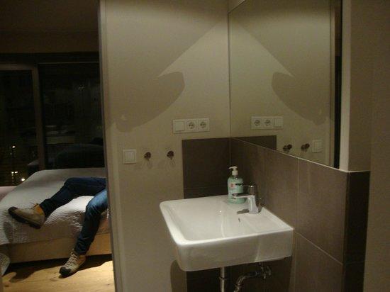 Schönhouse Studios: bagno fotografato dal lato della doccia